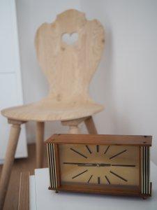 Bauernstuhl Eiche mit antiker Uhr