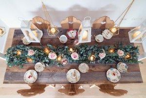 Tischdeko mit Bauernstühlen und Sammeltassen