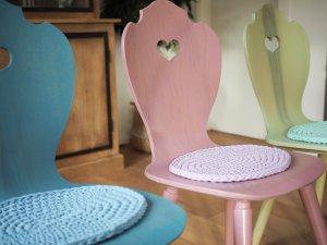 Moderne Bauernstühle in bunten Farben