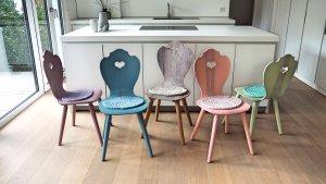 Bulthaup Küche B1 mit bunten Holzstühlen im Alpenstil