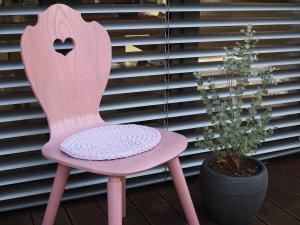 SÜSSHOLZ Herzerlstuhl lila mit Eukalyptusstrauch