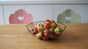 Bulthaup Küche B1 mit Holzstühlen und Äpfeln