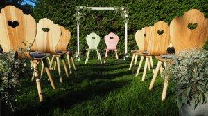 Freie Trauung im Garten mit Holzstühlen