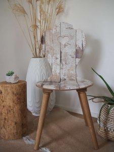 Shabby Chic Holzstuhl mit Scandi-Vase