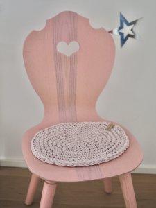 rosa Schalenstuhl im Kinderzimmer