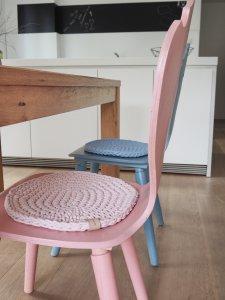 weiße Bulthaup Küche mit bunten Holzstühlen