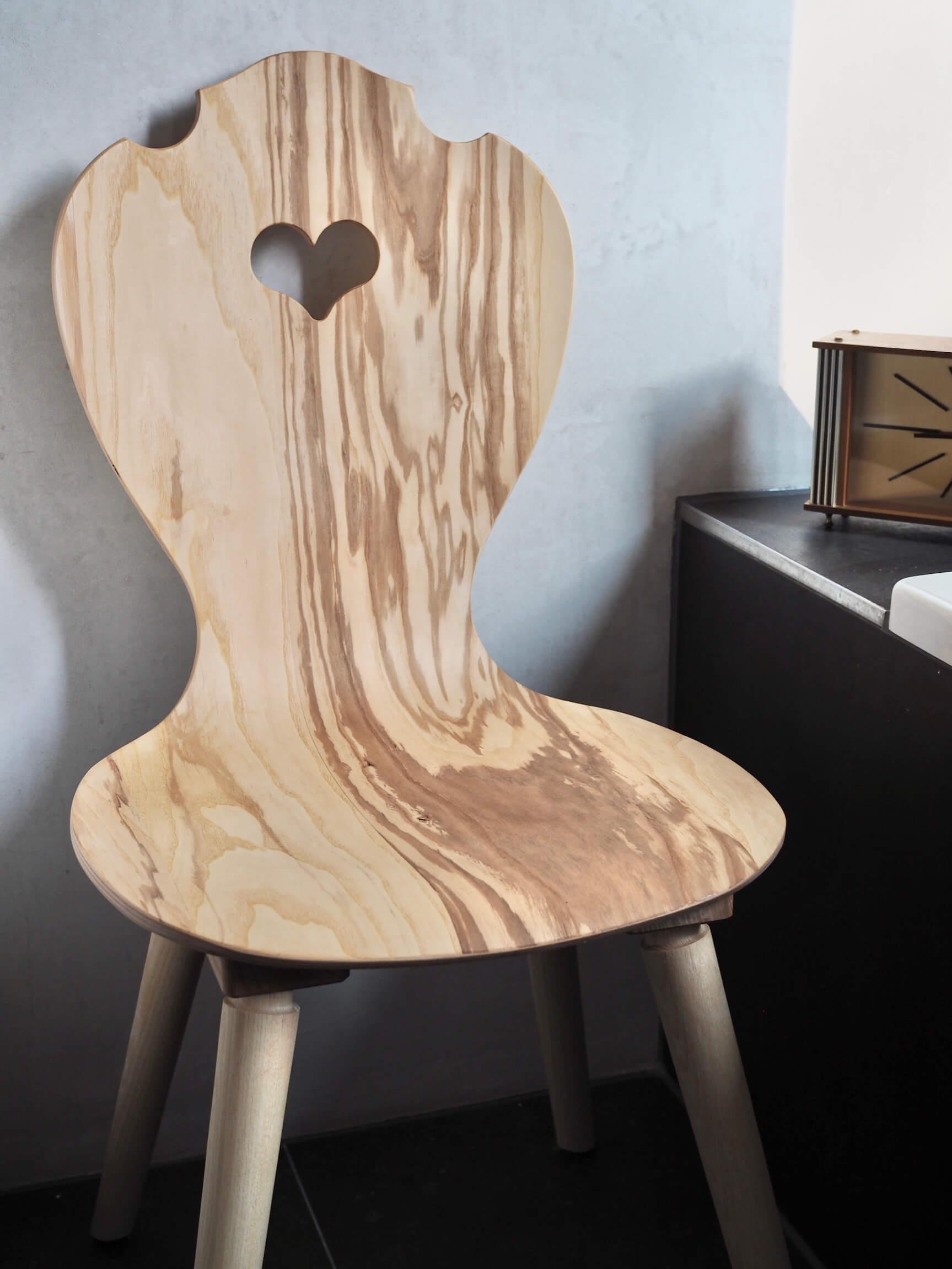 moderner Herzerlstuhl aus Kernesche