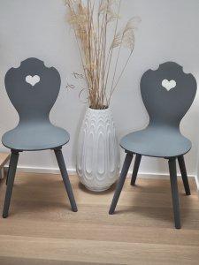 Moderne Holztstühle grau lackiert mit weißer Scandi-Vase