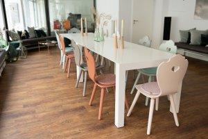 SÜSSHOLZ bunte Bauernstühle mit modernem weißen Meeting-Tisch