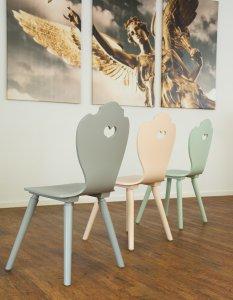 moderne Bauernstühle bunt lackiert aus München