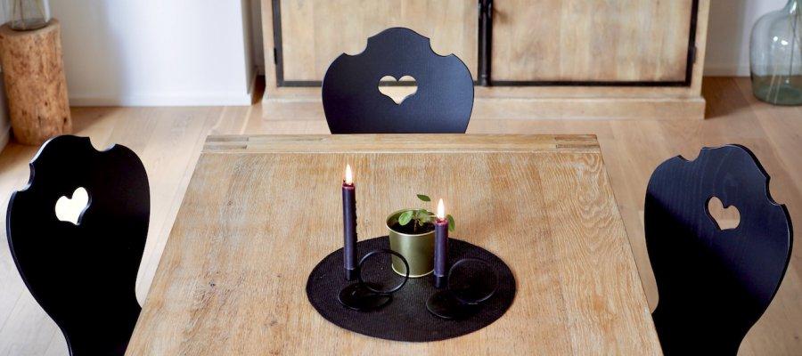 SÜSSHOLZ Herzerlstühle schwarz lackiert am Küchentisch