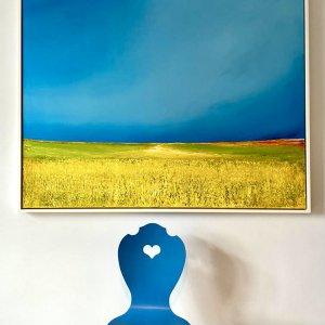 Blauer Herzerlstuhl von SÜSSHOLZ vor Bild
