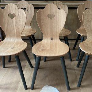 Herzerlstühle von SÜSSHOLZ mit schwarzen Beinen und Eiche Sitzschale