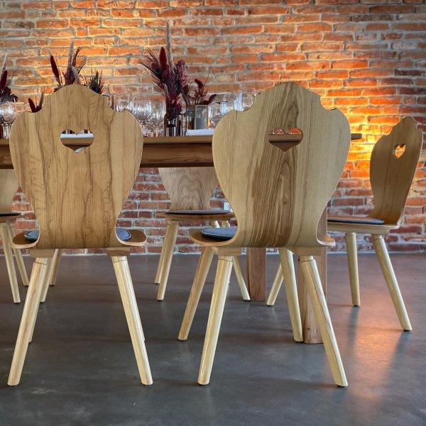 Moderne Bauernstühle vor ausgeleuchteter Brickwall