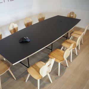 Agentur-Meetingraum mit modernem Konferenztisch und SÜSSHOLZ Bauernstühlen