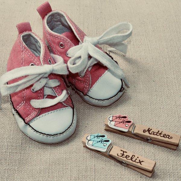 Babyschuhe mit individueller Holzklammer als Geburtsgeschenk