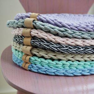 Stapel SÜSSHOLZ Sitzkissen in bunten Farben