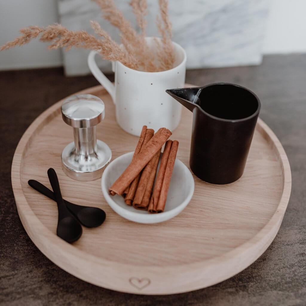 Dekoteller mit Kaffeelöffeln, Tamper und Milchkannen