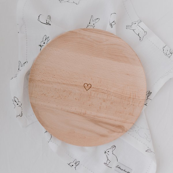 Platzteller aus Holz mit Herzgravur